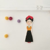 Frida – spilla in legno dipinta a mano