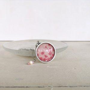 Collana con fiori di ciliegio rosa illustrati