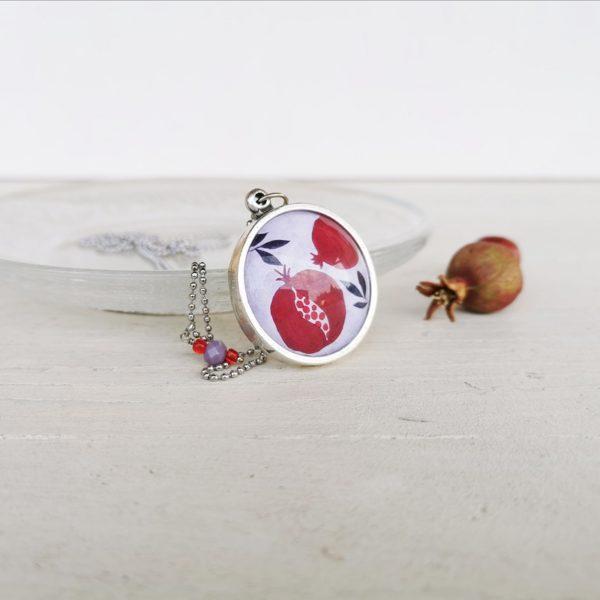 Collana illustrata con melagrana, portafortuna, simbolo di abbondanza